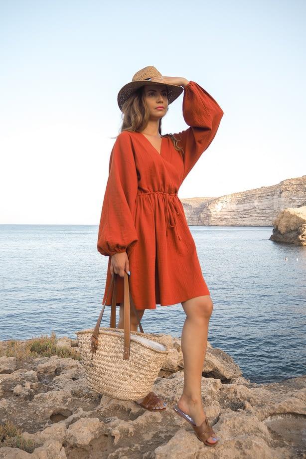 letnia stylizacja damska z muślinową sukienką