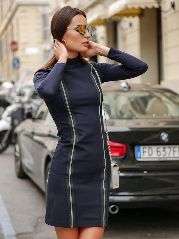 granatowa sukienka tuba z półgolfem